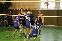 VOLEJBALISTÉ DOMAŽLIC  porazili v krajském derby Plzeň a prodloužili úspěšnou sérii na deset výher v řadě. I díky tomu přezimují na čele druholigové tabulky.