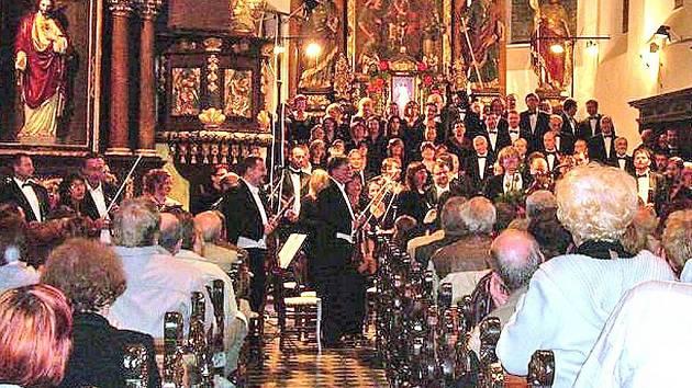 Plzeňská filharmonie a Kühnův smíšený sbor (na snímku) vystoupí v neděli opět v kostele svatého Petra a Pavla v Horšovském Týně.