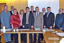 Zástupci obcí a spolku, které se společně pustily do programu přeshraniční spolupráce, přijeli do Furthu im Wald podepsat partnerskou smlouvu.