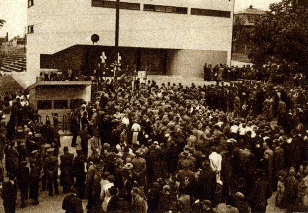 Stovky lidí přišli na slavnostní otevření sokolovny.