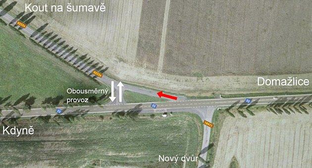 ČERVENÁ ŠIPKA označuje původní odbočku do Kouta, do které však měli řidiči posledního půl roku zákaz vjezdu. Nyní ji mohou opět využívat.