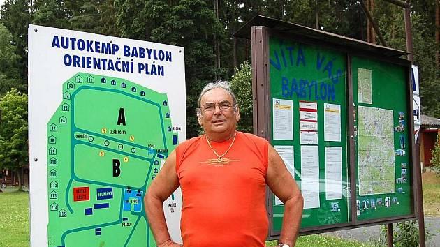 RUDOLF HÁLEK. Do Autokempu Babylon šel pracovat původně na dva, tři roky. Už tam slouží lidem sedmnáct let.