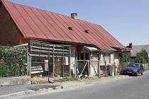 V tomto domě v Postřekově přišel devatenáctiletý Karel o život.