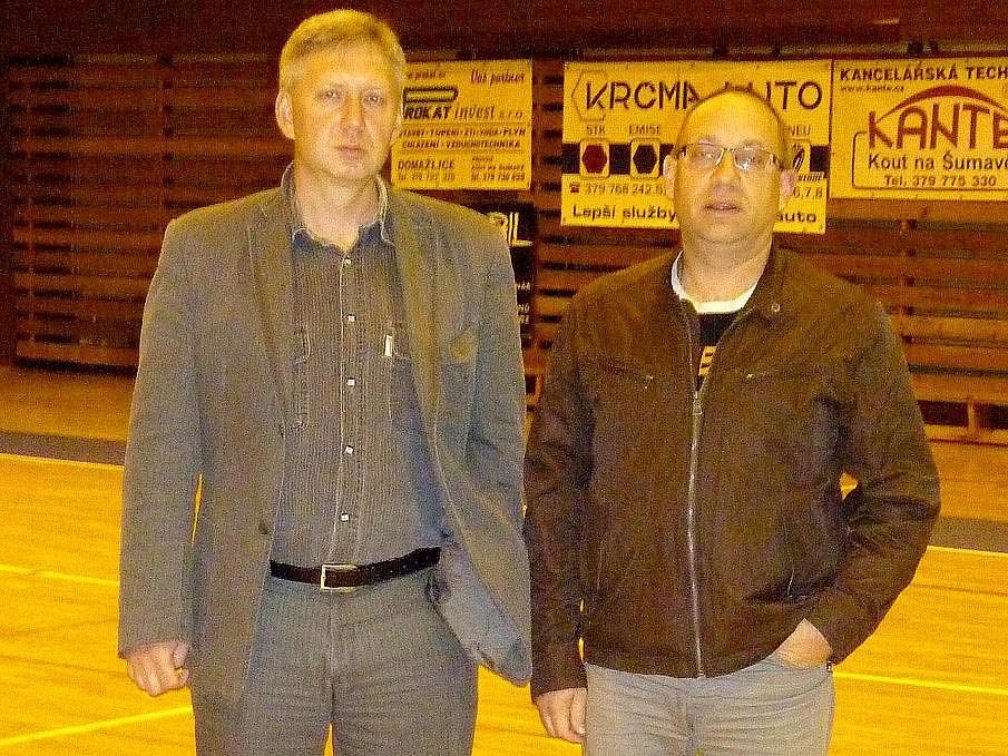 Trenér basketbalistů Jiskry Domažlice Karel Štípek a manažer Tomáš Budka.