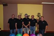 Bowlingáři No/Hair ve svém desátém utkání letošní sezony Kdyňské bowlingové ligy porazily ČD Team hladce 3:0 o 139 kuželek i přes vynucené změny v sestavě. Zraněné hráče Petra Vogeltanze (vlevo) a Roberta Babora (uprostřed) zastoupili Janové Hána a Pachl.