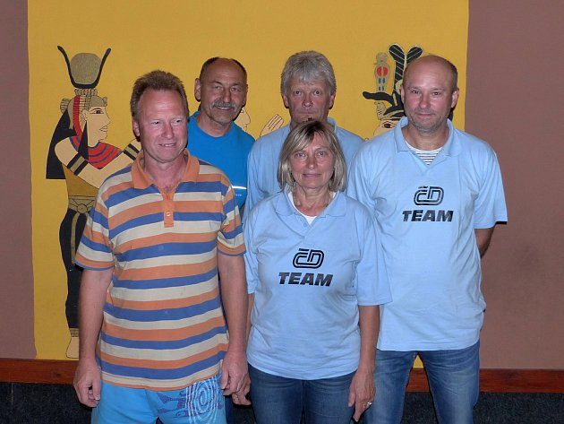 ÚČASTNÍCI KDYŇSKÉ BOWLINGOVÉ LIGY. ČD team – zleva Jan Saro, Zdeněk Barták, Alena Jánská, Pavel Janda a Blahoslav Vondraš.