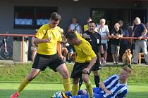 Lukáš Roubal v dresu Jiskry Domažlice čelí v sobotním pohárovém utkání přesile hráčů domácí Lomnice.