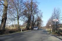NEBEZPEČNÁ SILNICE OD TRHANOVA K HAMRU. Stezka pro pěší by měla být za stromy po její levé straně.