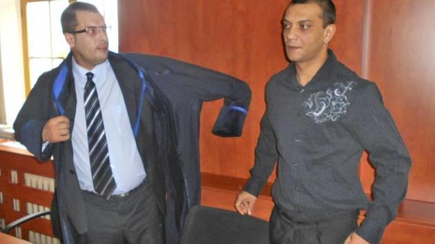 Ondřej Čonka se svým obhájcem u domažlického soudu.