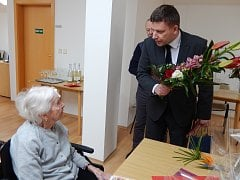 Bývalý žák a nyní holýšovský místostarosta Kamil Šefl gratuluje své učitelce Gabriele Barešové.