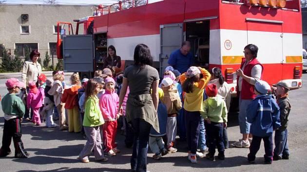 Děti z poběžovické školky si prohlížejí vybavení. Nedostatek mladých hasičů trápí místní sbor