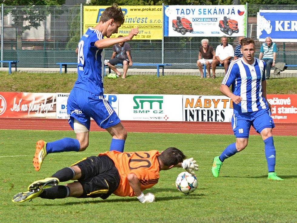 Útočník Jiskry Domažlice Petr Hošek obchází brankáře Louňovic při třetím gólu.