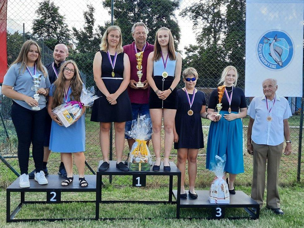 Západočeský výběr děvčat skončil třetí na republikovém mistrovství v Kroměříži v rybolovné technice. Třináctiletá Lucie Nejdlová ze Kdyně, která byla dvakrát zlatá, je na snímku třetí zprava.