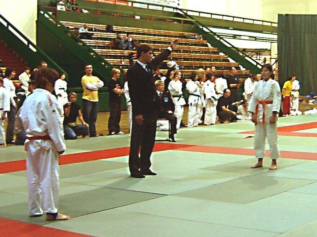 VYHLAŠOVÁNÍ VÍTĚZE ZÁPASU. Na snímku Dominika Hálková (vpravo) vyhlašována rozhodčím za vítěze jednoho ze zápasů .