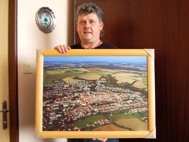 Luboš Kuboň, ředitel ZŠ Msgre B. Staška v Domažlicích, nám se zarámovanou fotografií Domažlic ´z ptačí perspektivy´ zapózoval.