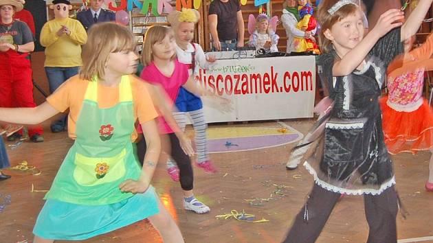 Maškarní karneval v Blížejově zahájily tanečním vystoupením svěřenkyně Dáši Knajpové, členky  občanského sdružení Beránek z Blížejova.