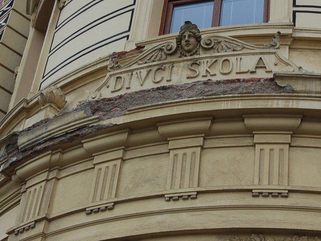 PONIČENÉ PRVKY na fasádě bývalé dívčí školy v domažlické Komenského ulici.