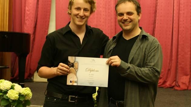 Petr Blahut (vlevo) vybojoval na celostátní bubenické soutěži druhé místo.