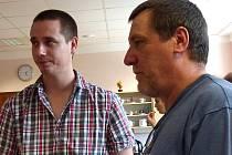 Z vernisáže sdružení FOTOKOMPOST. Otec Bohumil (vpravo) a syn Tomáš Vopatovi.