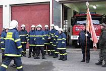 Předání nového zásahového vozu staňkovským dobrovolným hasičům se v úterý uskutečnilo před hasičskou zbrojnicí.