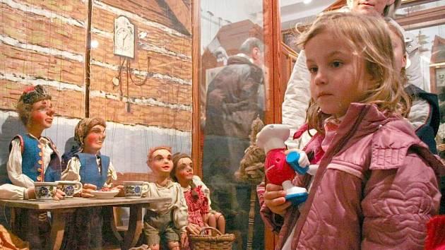 Děti i dospělí obdivovali práce starých řezbářských mistrů v Chodském hradu. Loutky vlastní výroby představili i žáci Základní umělecké školy v Domažlicích