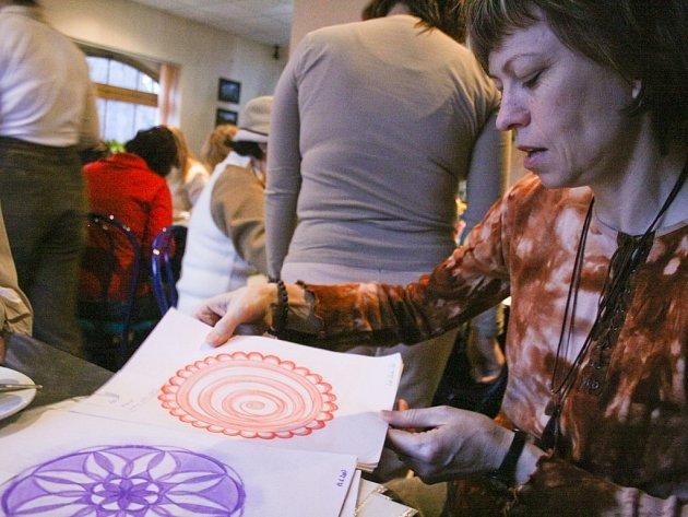 Návštěvníci Kavárny Fénix si pod vedením Marie Výrutové (na snímku) vyzkoušeli kreslení kruhových obrázků, mandal.