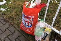 Odpadky posbírané při silnici a okolí cyklostezky.