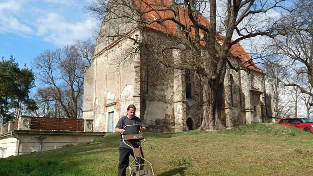Pavel Svojanovský seká trávu u Sv. Anny.