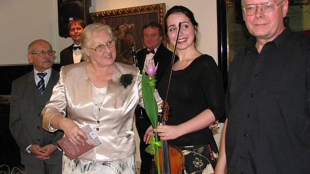 Z představení knihy pozdní vyznání. Zleva nakladatel Juraj Himal, Marie Rivai, houslistka Markéta Janoušková a Václav Sika. V pozadí duo JIMI.