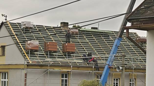 Z oprav střechy na obecním úřadě v Loučimi.