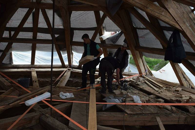 Oprava krovu kaple svatého Judy Tadeáše ve Štítarech u Hostouně.