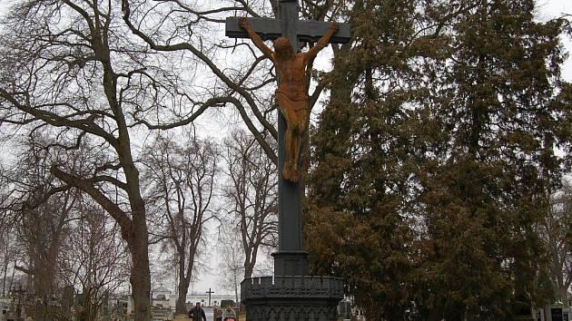 Litinový kříž na domažlickém hřbitově.