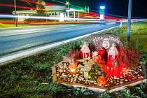 Pomníček u benzinové pumpy Na Kobyle připomíná místo, kde zahynuly při autonehodě dvě mladé ženy.