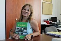 Autorka Kamila Beňušíková Angelovová s knihou Babylon. Foto: Deník/Klára Mrázová