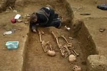 Preparace koster na archeologickém výzkumu je práce vyžadující přesnost, pečlivost a čas.
