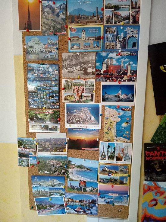 Školní chodby jsou plné stovek pohlednic, fotografií ze společného tvoření, exkurzí a akcí.