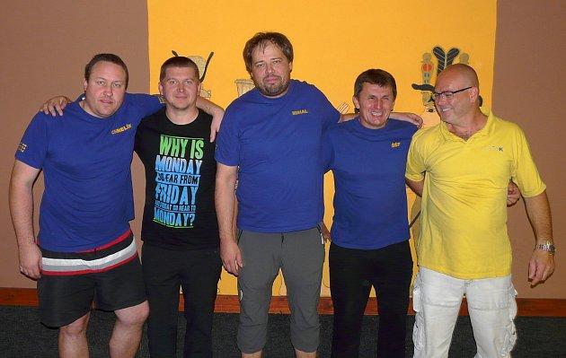 BOWLINGOVOU LIGU VE KDYNI hraje také tým Elitexu. Zleva stojí Marian Fedor, Tomáš Timura, Michal Paroubek, Jan Gondek a Aleš Drechsler.