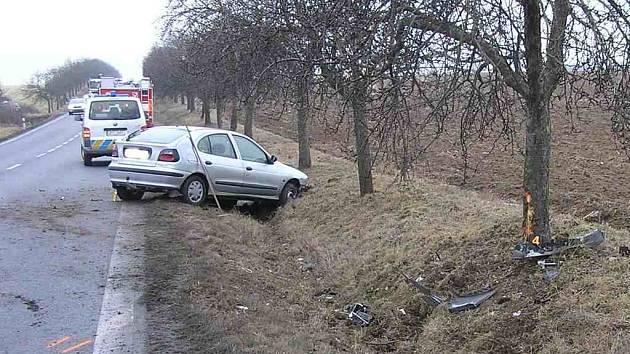 Řidič tohoto vozu havaroval, neboť ho vyvedla z míry vajíčka padající na silnici z před ním jedoucího auta.