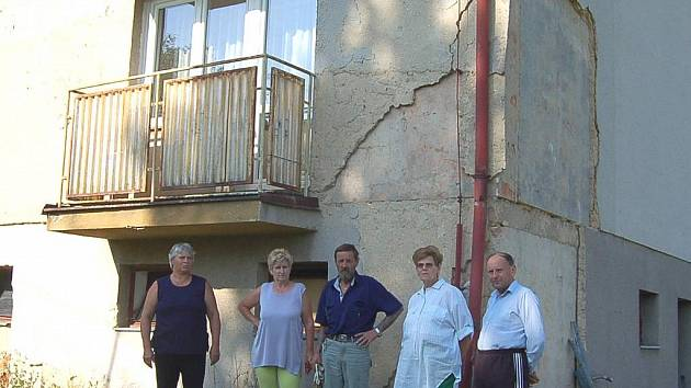 BOJÍ SE O SVÉ ZDRAVÍ. Nájemníci z bytového domu  č. p. 3 v obci Hyršov už několik let žádají bytové družstvo o příspěvek na opravu fasády.