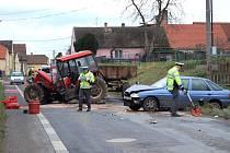 Nehoda traktoru a osobního auta v Chrastavicích.