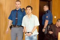 NGUEN QUOC CUONG byl před soud předveden vězeňskou stráží. Foto: