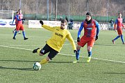 V přípravném utkání TJ Jiskra Domažlice - Viktoria Plzeň U21  je u míče Lukáš Hejda ( ve žlutém), kterého brání posila juniorky plzeňské Viktorie  Diego Živulič, který je jinak členem A – týmu.
