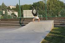 Mladí se na skateparku na umělém hřišti ve Kdyni rozloučili s prázdninami poprvé.