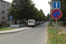 Domažlická radnice připravuje změny v dopravě ve městě. Chce legalizovat parkování aut na sídlištích jednosměrkami.