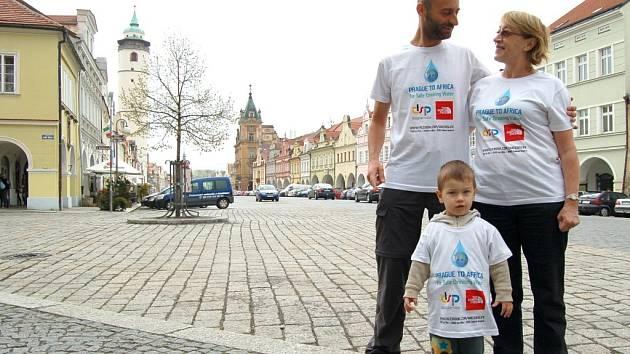 MILÁ NÁVŠTĚVA. Při jednodenní zastávce v Domažlicích přijeli Davida Chrištofa podpořit jeho maminka Dagmar a synovec Jindřich Lundák.