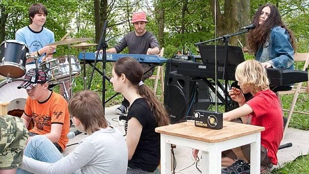 HUDEBNÍ DOROST. Z hudebního vystoupení mašovické školy Adélka.