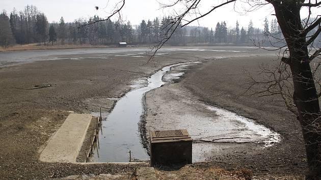 Hráz Smolovského rybníka.