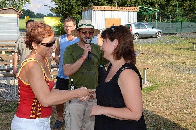 Hnětankyáda v Tlumačově. Předsedkyně poroty Anna Hrušková (vlevo) poblahopřála vítězce hnětankového klání Jitce Polákové.