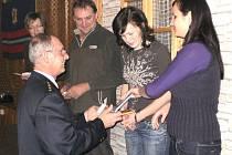 Ocenění za věrnost si z rukou starosty hasičů Zdeňka Kaufnera převzalo celkem jedenáct členů sboru.