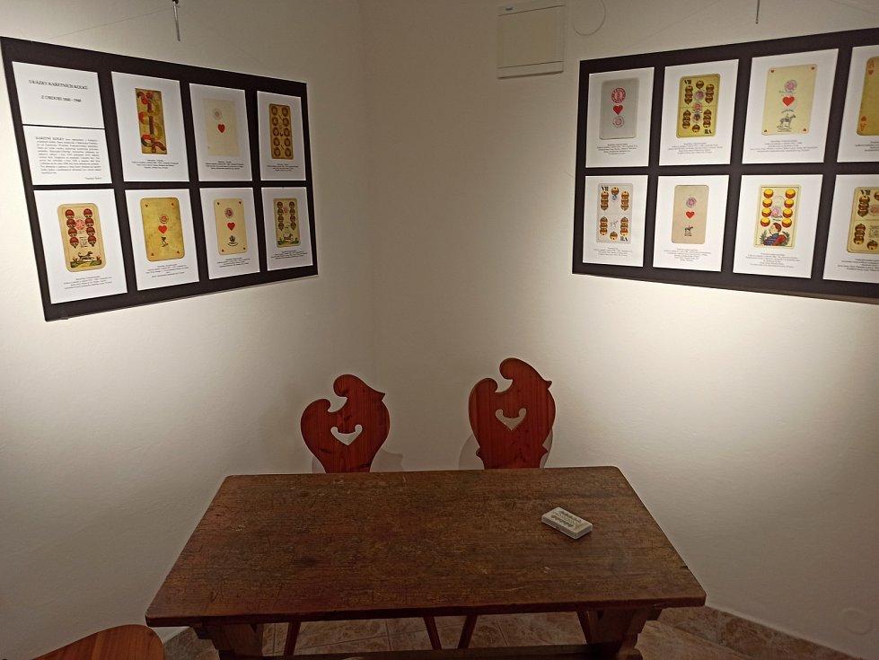 Nahlédnutí na vernisáž výstavy Chodský mariáš a jiné čertovy obrázky.